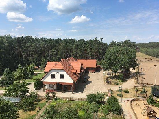 Elgiszewo, Polônia: Pferdestallungen (vom Aussichtsturm aufgenommen)