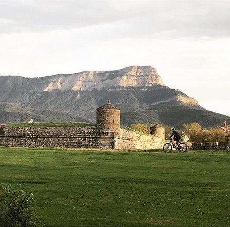 Apartahotel & Spa Jacetania: Ciudadela de Jaca y al fondo la Peña Oroel