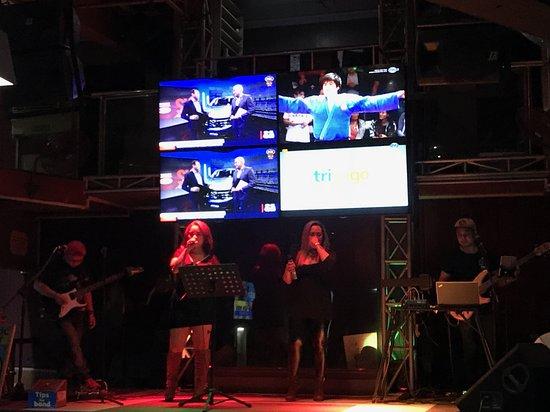 Phillies Sports Grill & Bar: Ecran diffusant du sport au dessus du groupe de musique