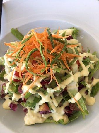 Medusa Restaurant: kackiger Salat kommt als Beilage