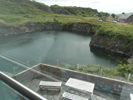 Isle of Luing, UK: Outdoor seating overlooking the old slate quarry