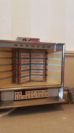 Tipico juke box da tavolo anni 50 - Picture of Clayton\'s Coffee Shop ...