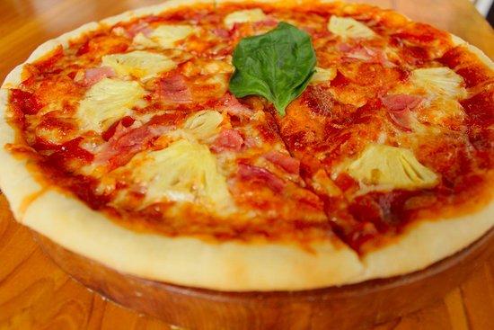 The Tandjung Resto: Hawaian Pizza