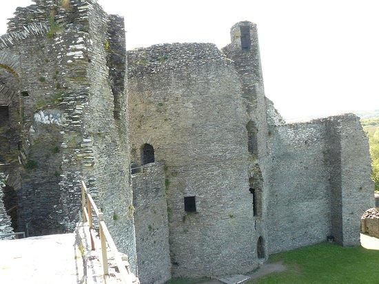 Cilgerran, UK: Rear of East & West Towers from wall walk.