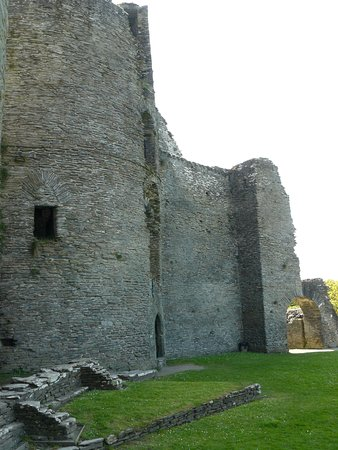 Cilgerran, UK: Inner part of West tower looking towards collapsed inner gatehouse from entrance to East tower