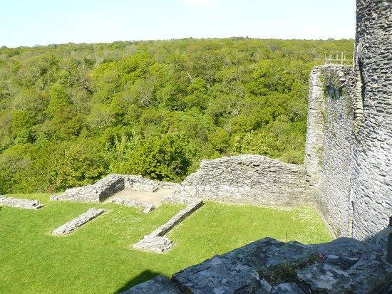 Cilgerran, UK: Remains of domestic buildings from wall walk between East & West Towers