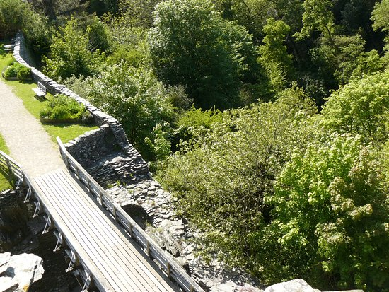 Cilgerran, UK: Looking down from West Tower over rock cut ditch showing steep drop into Teifi gorge.