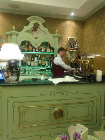 Hotel Colombina: The well-equipped bar is opposite the pleasant common area, both great for conviviality
