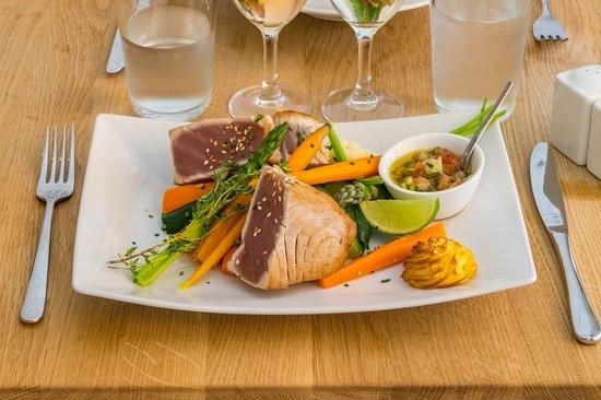 Omer cantine méditerranéenne: Pavé de thon façon tataki et wok de legumes croquants
