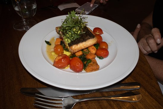 Magdalena Restaurant: Salmon w/tomatoes, polenta