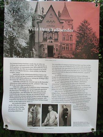 Haus der Wannsee-Konferenz: Explications que l'on trouve sur les differentes maisons dans le parc