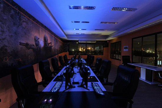 Gamers Paradise Hotel: Gaming Room