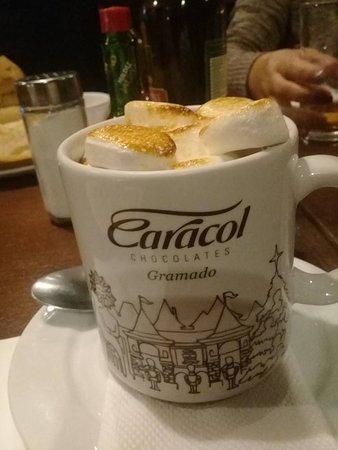 Hotel Wish Serrano: Chocolate quente da Caracol, localizado na rua coberta.