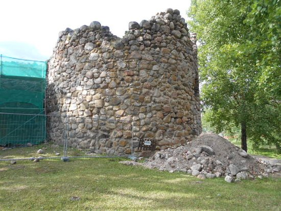 Aluksne Castle-ruins, Manor and Park: Fästningsruin vid ön`s västra del.