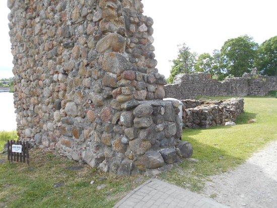 Aluksne Castle-ruins, Manor and Park: Del av fästningsruinen.