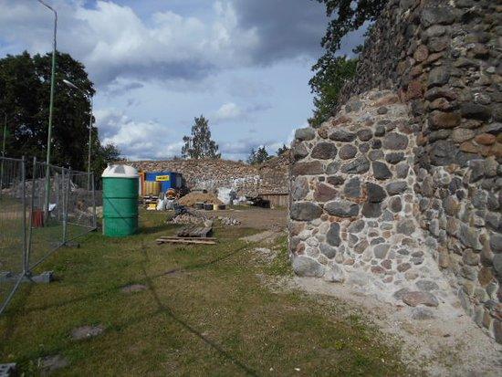 Aluksne Castle-ruins, Manor and Park: Delar av fästningsruinen.