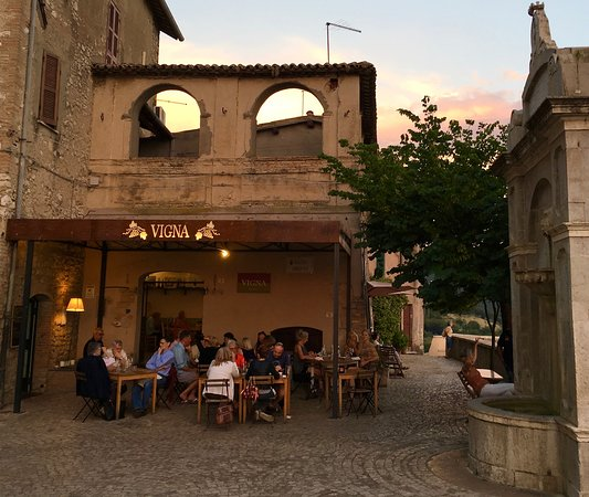 Osteria Vigna: Lovely intimate setting, tranquil fountain