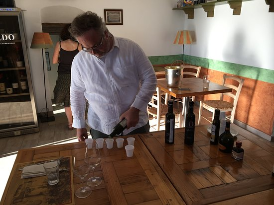 Casperia, Italy: The owner shares his love of local olive oils