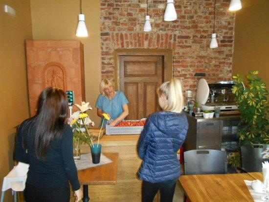 En stor låda jordgubbar var nyligen hämtad ! - Picture of Cafe ... 75e9d379f5ab9