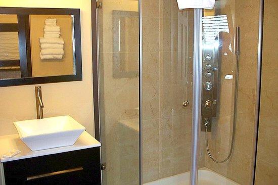 Aztec Ocean Resort: Hot tub VIP room shower