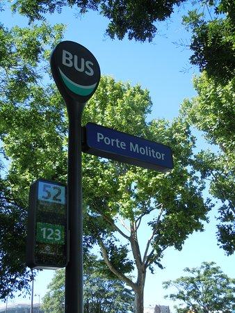 Square du Tchad: Arrêt de bus desservant le square