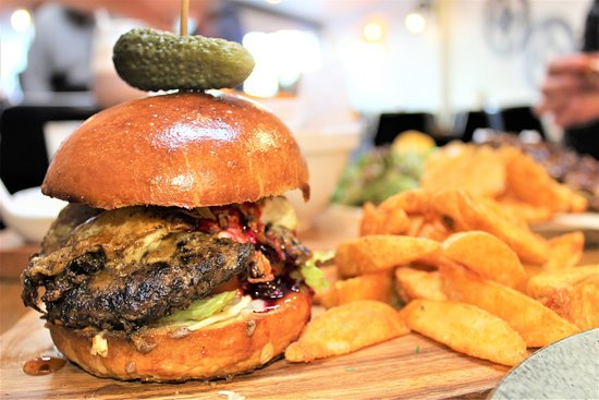 Pukekohe, New Zealand: Homemade Beef Burger w Brioche Buns and Wedges