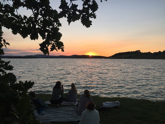 Chalabre, França: Meditation during the summer solstice sunset at nearby lake Montbel