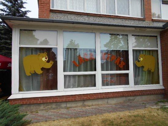 Balvi, Latvia: Restaurangens fönster mot söder !