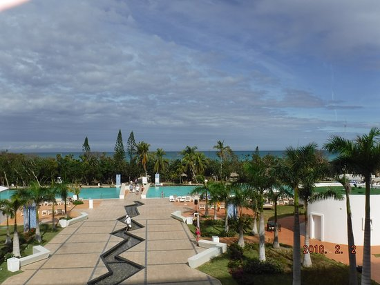 Iberostar Selection Bella Vista Varadero: Walkway to Pools and Beach