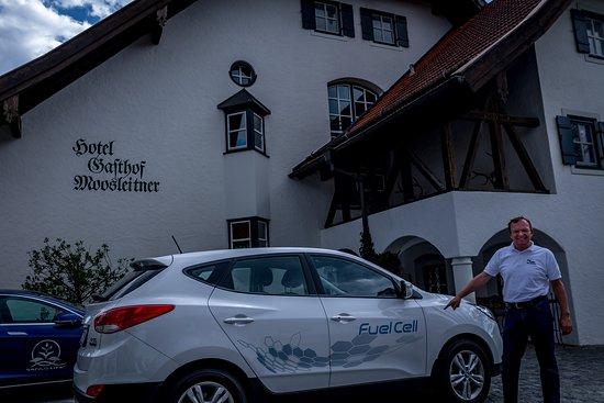 Freilassing, Германия: Der Chef vor dem Wasserstoff Auto, dahinter ein Tesla beim Tanken
