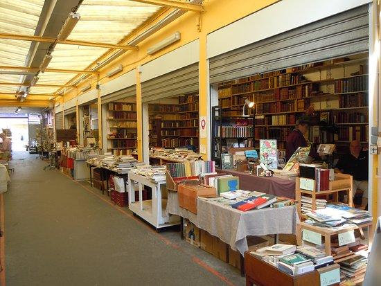 Marche Le Passage: Boutiques livres, cartes postales..