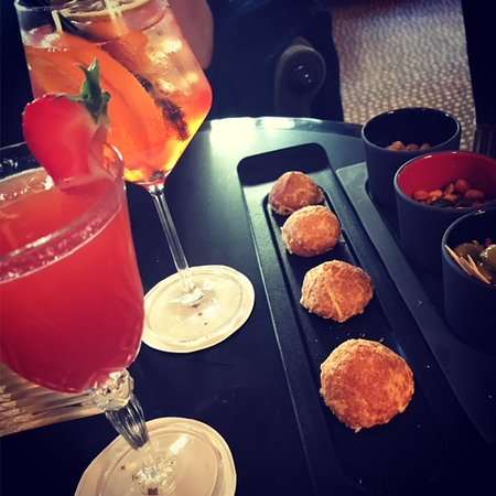 Le Bar de l'Hotel Barriere Le Normandy Deauville: Spritz et Rossini amuses bouches