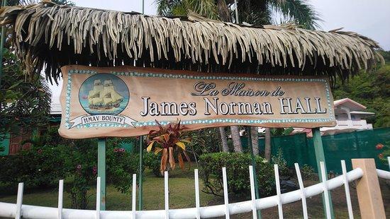 La Maison James Norman Hall: Panneau d'entrée
