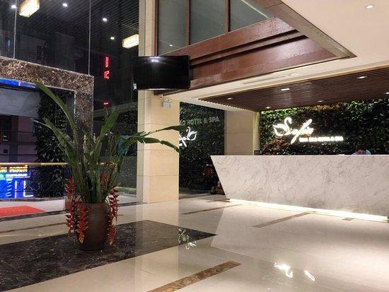 Sofia Tam Dao Hotel & Spa: Sảnh lễ tân khách sạn Sofia Tam Đảo với nhiều cây xanh tự nhiên giúp quý khách có cảm giác thư t