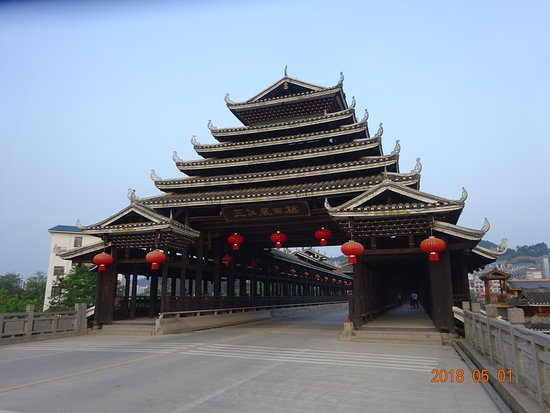 Sanjiang, China: 巨大な風雨橋もたぶん観光用。中を車が通り抜けられます。