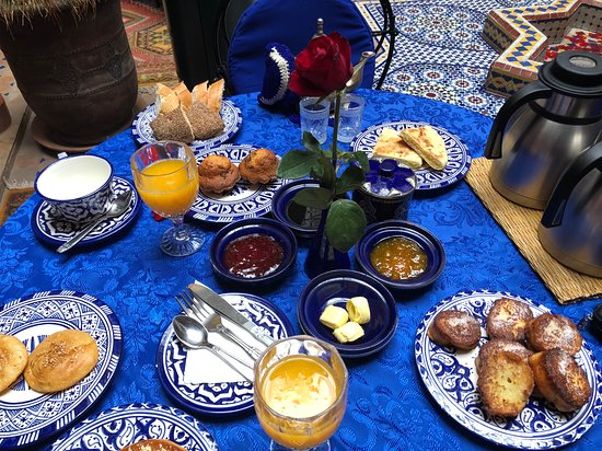 Riad Bleu Du Sud: delicious breakfast with a blue tablecloth that day