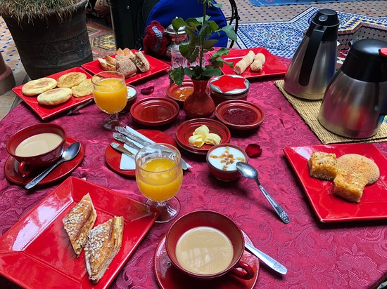 Riad Bleu Du Sud: a different delicious breakfast and tablecloth another day