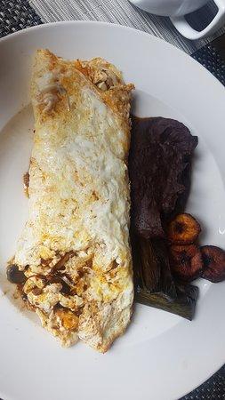 Restaurante Lum en Hotel b¨o: omelette con huitlacoche y queso manchego con frijoles, platano macho frito y mini tamalitos de
