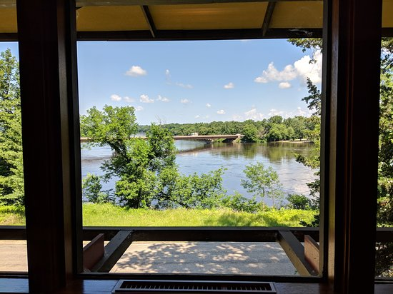 Frank Lloyd Wright Visitor Center: Looking out at the Wisconsin river from the restaurant in the Frank Lloyd Wright Visitors center