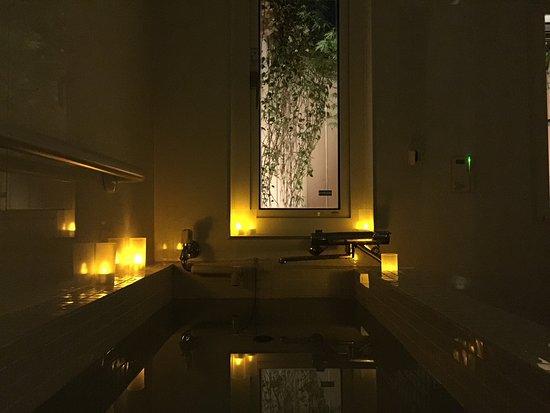 The Esther Scent: 幻想的な灯りの中で、ゆったりと温泉を楽しめます。