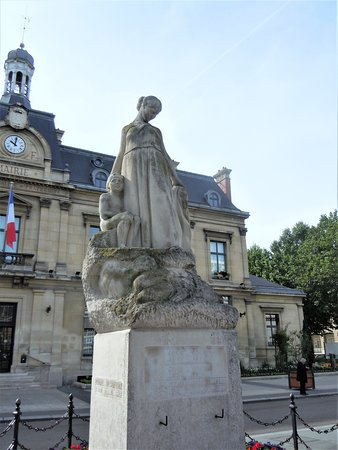 Saint-Ouen, France : La sculpture sur son socle