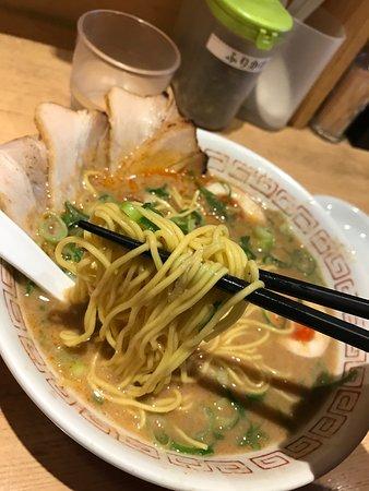 Hakata Ramen Marutan: 中太モチモチ!