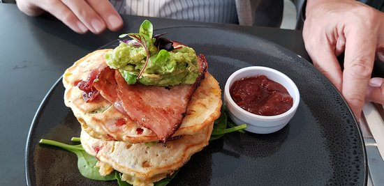 ‪‪Lindfield‬, أستراليا: Corn Fritters with Bacon with smashed avocado & English spinach‬