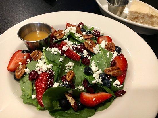 La Piazza Cucina Italiana: Berry Salad with bread and oil