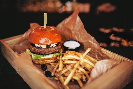 Irish Nese Pub: Burger with patato fries