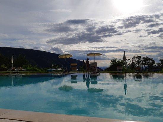 Le Silve di Armenzano Natural Resort: La piscina grande, bellissima, anche se senza personale