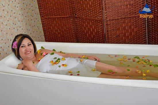 Baytur Resort: Наша гостья принимает цветочные ванны. Кумысолечебница Байтур - здесь начинается блаженство!
