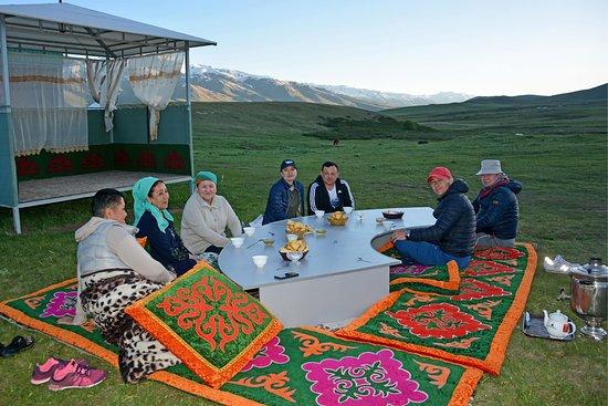 Baytur Resort: Наши гости кумысолечебницы наслаждаются чаепитием из самовара на свежем воздухе и закатом!
