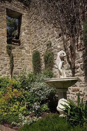 Baud, France: la fontaine de la cour