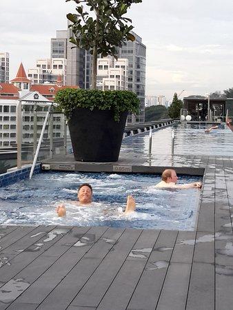 Holiday Inn Express Singapore Clarke Quay: Enjoying the rooftop pool
